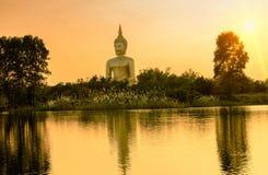 在Wat Maung寺庙的大金黄菩萨雕象 库存图片
