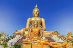 在wat muang公开寺庙的最大的金黄菩萨雕象在angthong省,泰国 图库摄影