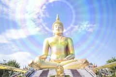 在Wat Muang寺庙的金黄菩萨雕象在Angthong,泰国 免版税库存照片