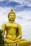 在Wat muang的大菩萨雕象有蓝天背景, Ang皮带泰国 免版税图库摄影