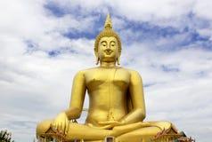 在Wat muang的大菩萨雕象有蓝天背景, Ang皮带泰国 图库摄影