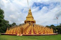 在Wat pa sawang恩赐寺庙的金黄佛教塔500 yod,泰国 库存照片