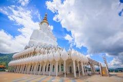 在Wat Pha Sorn Kaew寺庙的白色菩萨雕象 库存照片