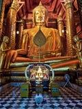 在Wat Phanan Choeng,阿尤特拉利夫雷斯,泰国的古老菩萨雕象 库存照片