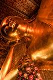 在Wat Pho内的斜倚的菩萨 库存照片
