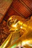 在Wat Pho寺庙里面的菩萨雕象 免版税库存照片