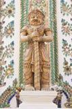 在Wat Pho的一根巨型雕象举行警棒 免版税图库摄影