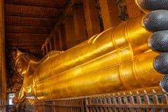 在Wat Pho的斜倚的菩萨图象风景在曼谷泰国 库存图片
