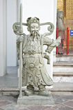 在Wat Pho的石雕象举行持枪骑兵 库存照片