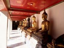 在Wat Pho的Wat Pho长的走廊在曼谷,泰国 免版税库存图片