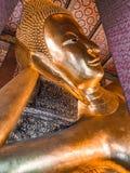 在Wat Pho,曼谷泰国的斜倚的菩萨头 图库摄影