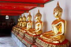 在Wat Pho,曼谷的金黄菩萨雕象 库存图片