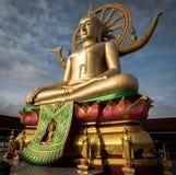 在Wat Phra亚伊,酸值苏梅岛,泰国的大菩萨雕象 免版税库存照片