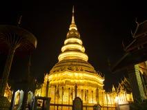 在Wat Phra的金黄Chedi骇黎朋猜 图库摄影