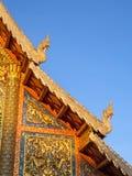 在Wat Phra辛哈寺庙屋顶的泰国艺术在Chiangmai,泰国 免版税库存图片