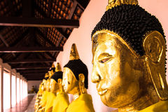 在wat phra borommathat chaiya素叻他尼的菩萨雕象在泰国 免版税库存图片
