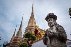 在Wat Phra Chetuphon Wat Pho或Wat Phra Chetuphon Vimolmangklararm Rajwaramahaviharn的中国大雕象 库存照片