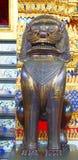 在wat phra kaew的柬埔寨黄铜狮子 曼谷,泰国 免版税库存照片