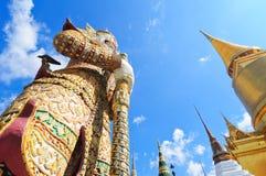 在Wat Phra Kaew的监护人雕象 免版税库存图片