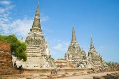 在Wat Phra Si Sanphet佛教寺庙的古老stupas的一个晴天  泰国 图库摄影