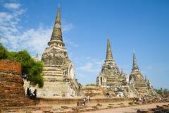 在Wat Phra Si Sanphet佛教寺庙的古老stupas的一个晴朗的早晨  ayutthaya泰国 库存图片