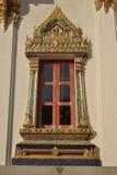 在Wat Phra Sri美丽的寺庙曼谷泰国的佛教建筑学窗口 图库摄影