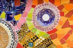 在wat phra t的五颜六色的陶瓷和彩色玻璃墙壁背景 库存图片