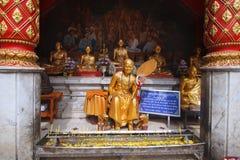 在wat phrathat doi suthep寺庙的金黄和尚雕象在清迈泰国 免版税库存照片