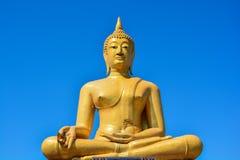 在wat pigulthong寺庙的金黄菩萨雕象 免版税库存照片