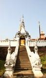 在Wat Pong Sanuk, Lampang泰国的蛇台阶 免版税库存图片