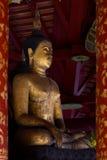 在Wat Pong Sanuk Tai寺庙,南邦府,泰国的老菩萨图象 免版税库存图片