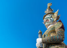 在Wat pra Kaew曼谷泰国的大卫兵雕象 库存图片