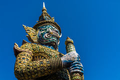 在Wat pra Kaew曼谷泰国的大卫兵雕象 免版税库存图片