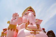 在wat Prongarkat的大桃红色ganesh雕象在Chachoengsao泰国 库存图片