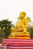 在Wat Sai东杨寺庙的大金黄菩萨雕象 Phichit, 库存照片