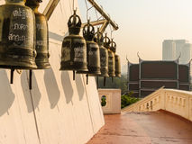 在Wat Saket寺庙或金黄登上,曼谷,泰国的祈祷的响铃 库存图片