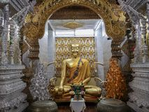 在Wat Sanpayangluang的金黄菩萨雕象在南奔,泰国 免版税图库摄影