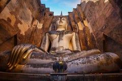 在Wat Si密友寺庙的供以座位的菩萨图象在Sukhothai历史公园,联合国科教文组织世界遗产 免版税库存照片