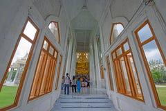 在Wat Sorapong的人神圣的金黄菩萨雕象 图库摄影