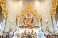在Wat Traimit,曼谷,泰国的金黄菩萨雕象 免版税库存图片