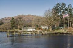 在Waterhead码头在湖区, Cumbria,英国附近的木码头 免版税库存图片