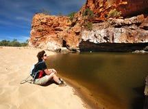 在waterhole附近的女性远足者 库存图片