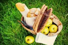 在Wattled篮子的野餐食物 免版税库存图片