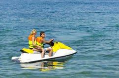 在waverunner jetski的夫妇在爱奥尼亚海乘坐 库存照片
