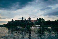 在Wawel的中世纪Wawel城堡在日落在克拉科夫,波兰 免版税图库摄影