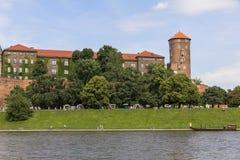 在Wawel皇家城堡和维斯瓦河大道,克拉科夫的看法 免版税库存图片