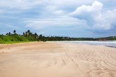 在Weligama海湾,斯里兰卡的空的海滩 免版税图库摄影