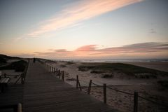 在westcoast,葡萄牙的温暖的日落 免版税库存照片