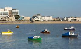 在Weston超级母马海湾和海滨人行道视图的小船 库存图片