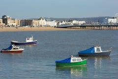 在Weston超级母马海湾和海滨人行道视图的小船和码头 图库摄影